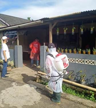 Aksi Nekat Demi Kemanusiaan DPD TMP Sulut dan Satgas Covid-19 VaSung Semprot Rumah Positif Covid-19 di Pineleng 1 dan Pineleng 2