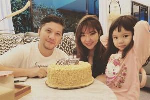 Foto Ultah Gisel ketika Gading memberikannya kue ULTAH spesial. (net)