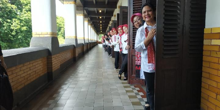 Iriana Jokowi dan Istri Menteri Foto Gaya di Lawang Sewu