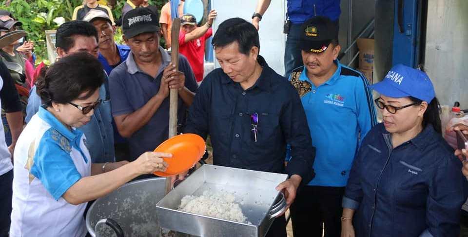 Ikut Bungkus Nasi, Walikota GSVL Pastikan Warganya Aman