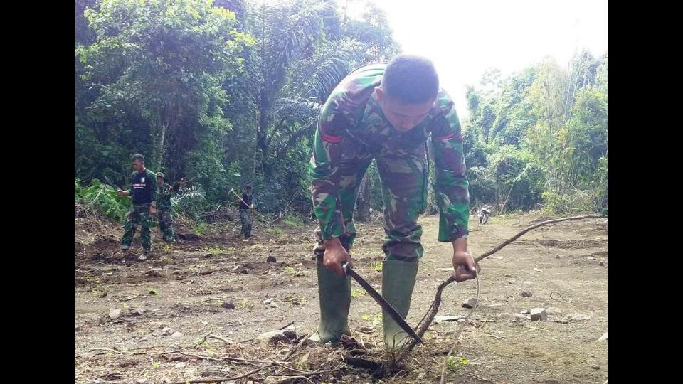 Akar Pohon dan Ranting Berbahaya di Jalan Duasudara Bitung Dibersihkan Anggota Satgas Tentara Manunggal Membangun Desa