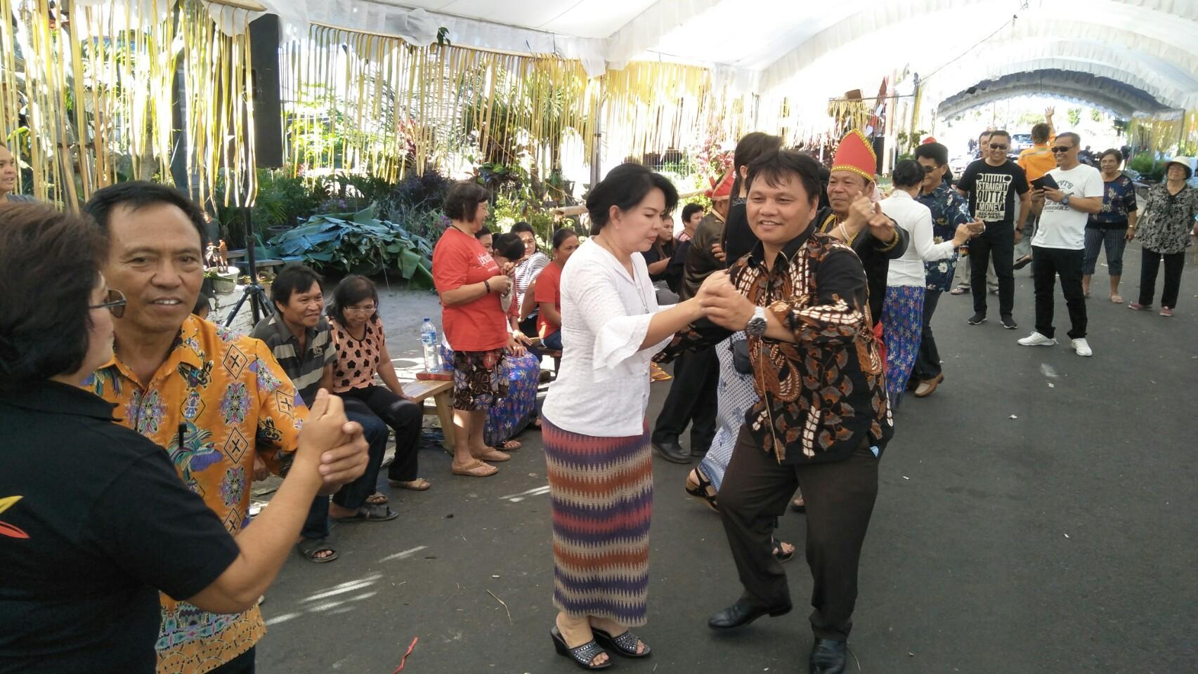 Dua Personal DPRD Tomohon Berbaur di Ultah 881 Negeri Woloan