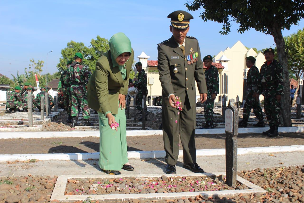 HUT ke – 74 TNI, Kasdim Pati Ziarah ke Makam Pahlawan Giri Dharma