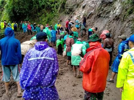 Anggota Koramil  Cluwak  Bersama Warga Bersihkan Material Longsor di Jalan