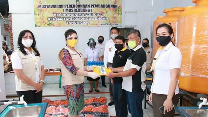 Wawali SAS Peduli Warga dan Serahkan Bantuan APD di Matani Dua TomTeng