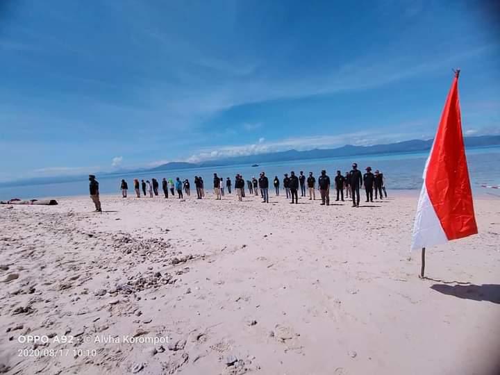 Peringati HUT RI Ke 75 PWI Bolmut Dan 9 Komunitas Daerah Kibarkan Sang Saka Merah Putih di Pulau Bongkil Island