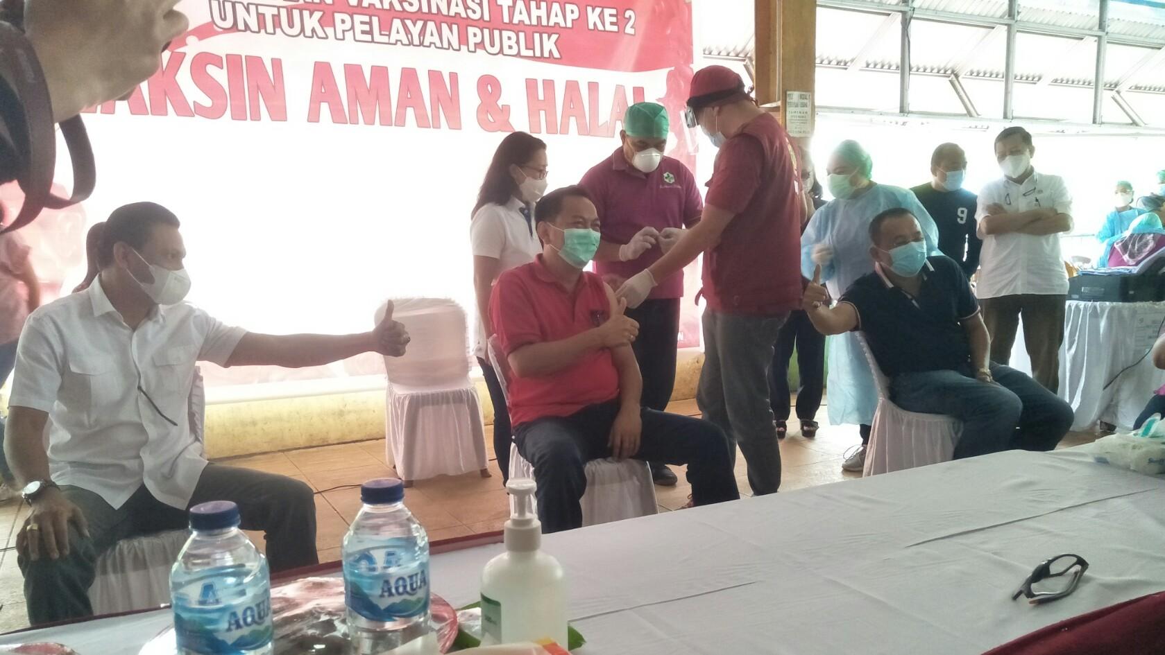 Luncurkan Vaksinasi Covid19 Tahap Dua di Kota Tomohon, Caroll-Wenny Ikut Divaksin