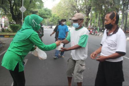 Sepanjang Jalan Persit Kodim Pati Bagikan Takjil dan Nasi Kotak