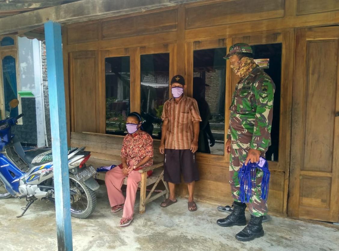 Ada Apa……… Serda Jais Dor To Dor Bagikan Masker Kepada Warga Tamansari