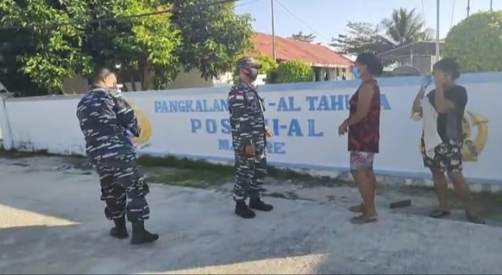 TNI-AL Posal Marore Bagikan Masker Gratis Pada Warga